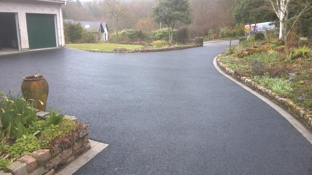 Large tarred driveway with paved edge